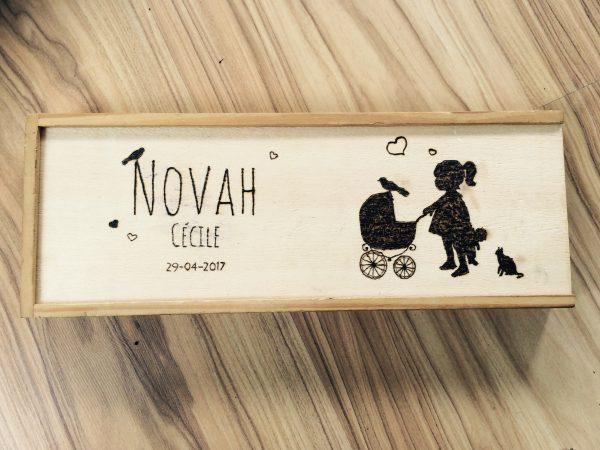 Gepersonaliseerd kraamcadeautje, houten puzzel met geboortekaartje erin gebrand