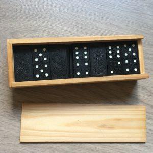 kraamcadeau; domino met geboortekaartje erin gebrand