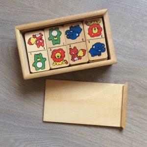 Domino met geboortekaartje of tekst erin gebrand
